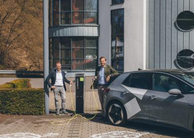 Fabian und Christopher Mennekes vor der Ladesäule